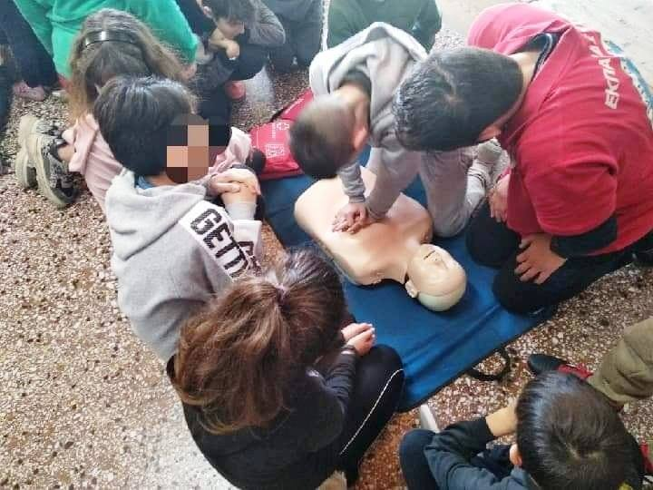 First aid training for elementary school students at Parakoila